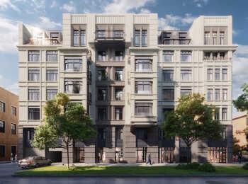 Композицию фасадов домов дополняют эркеры, парапеты и ризалиты